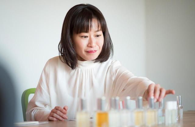 画像: 肌自体がもつ匂いを嗅ぎ分ける能力をもつ、香りスタイリストの杏 喜子(あんず よしこ)さん