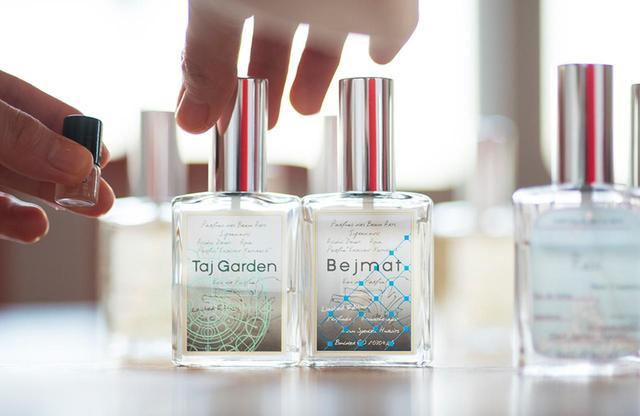 画像: (左)オード パルファム「タージ ガーデン」<30ml> ¥10,500 樹脂の香りに湿度、塩味、辛味、スパイス、グリーンをミックス。思考がクリアになるように感じられる (右)オード パルファム「べジマット」<30ml> ¥10,500 天然のベルガモットを核にした、すっきりと澄んだ印象が周りの空気を浄化するようなシトラスノート
