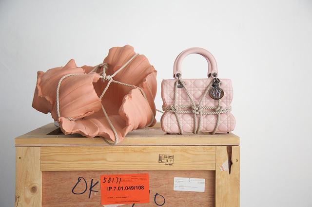 画像: 「レディ ディオール」は、レザーに「カナージュ」モチーフのステッチをあしらったメゾンの象徴的なバッグ。このモチーフは、クリスチャン・ディオールが初のオートクチュール コレクションでゲスト席に用意したナポレオン3世の椅子のステッチに由来する。写真は、「ディオール レディ アート #3」から、モルガンヌ・シェンベルによる限定エディション(ミニサイズ) ¥910,000 © ALFREDO PIOLA ほかのバッグをみる