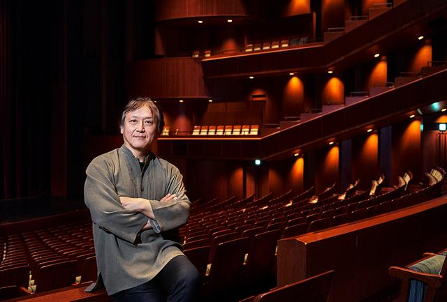 画像: 大野和士 指揮者。1960年東京生まれ。1987年トスカニーニ国際指揮者コンクール優勝。以後、世界各地でオペラ、オーケストラを指揮。02~08年ベルギー王立モネ劇場音楽監督、08~17年リヨン歌劇場首席指揮者などを歴任し、15年から東京都交響楽団、ならびにバルセロナ交響楽団音楽監督。9年間率いたリヨン歌劇場にインターナショナル・オペラ・アワード「最優秀オペラハウス2017」をもたらす等輝かしい実績を引っ提げ、2018-19シーズンから新国立劇場オペラ芸術監督に就任した