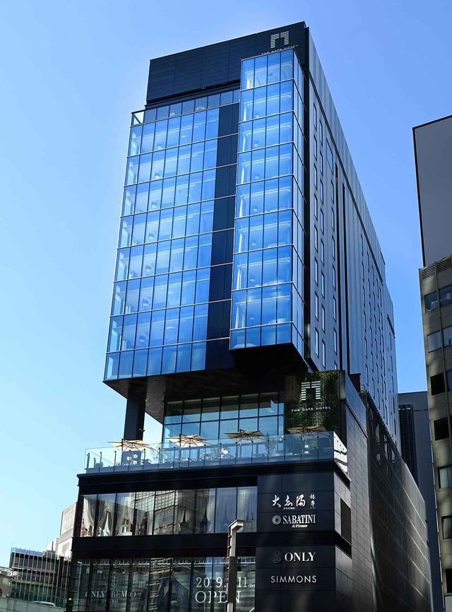 画像: ホテルの入る商業ビル「ヒューリックスクエア東京」の外観。ホテルは4階~13階を占め、4階と13階にはテラスがある。銀座、有楽町、日比谷という東京の中心的商業地区のにぎわいを肌で感じる好立地だ