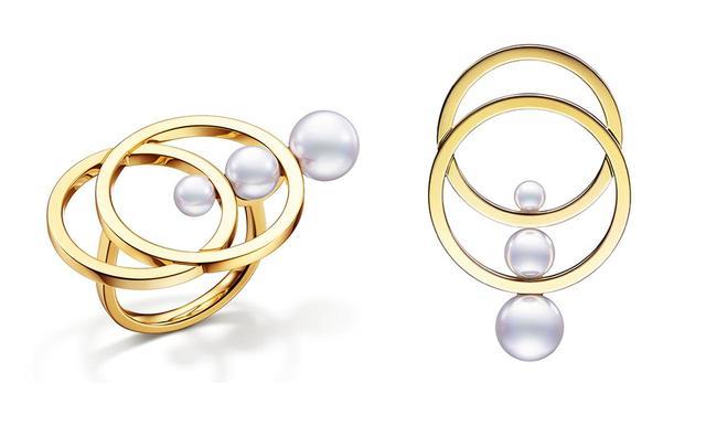 """画像: """"コズミック"""" 星の軌道を思わせるゴールドのラインにパールを組み合わせ、無限の宇宙や永遠の愛を象徴する神秘的でモダンなデザインに (左から)リング ¥360,000 <K18YG、あこや真珠>、イヤリング¥440,000(両耳価格)<K18KYG、あこや真珠> ほかのアイテムもみる"""