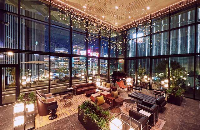 画像: 4階にあるロビーラウンジやレセプションは、天井高7.5mの開放感あふれる空間が印象的