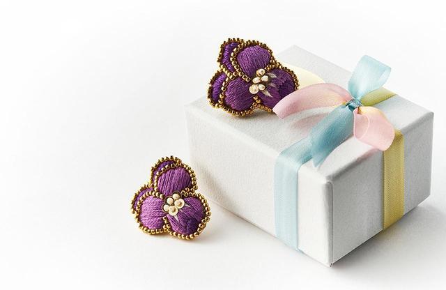 画像: コットンの刺繍糸を使い、ひとつひとつ手作業で作られる ※ お届けまでにお時間がかかることがあります