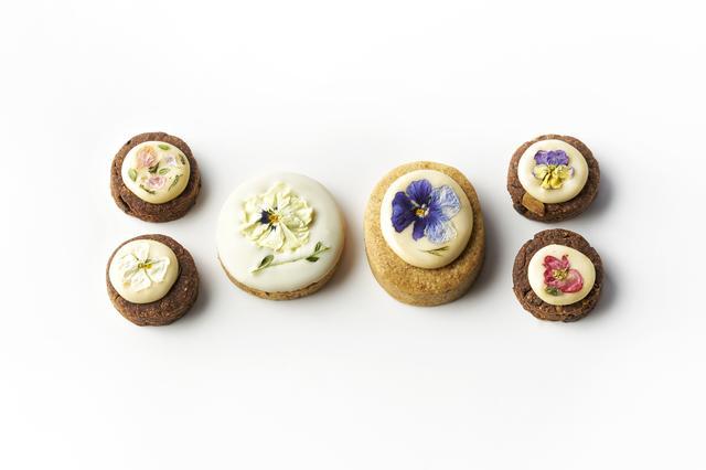 画像: (左・右)お花と甜菜糖のアイシングクッキー¥430(アーモンドビターチョコ) (中左)お花とホワイトチョコのサブレ(カモミール)¥350 (中右)甜菜糖のアイシングサブレ¥430