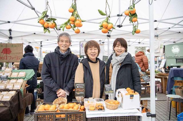 画像: 東京・青山で開催されるファーマーズ・マーケットに出店している「シトロンエシトロン」。右から来島由美さん、大谷の叔母である孝子さん、豊さん。大谷農園の柑橘のほか、大谷の仲間の生産者のものも扱う Citron et Citron(シトロンエシトロン) http://citron.site ※ファーマーズ・マーケットへの出店日はHPで確認