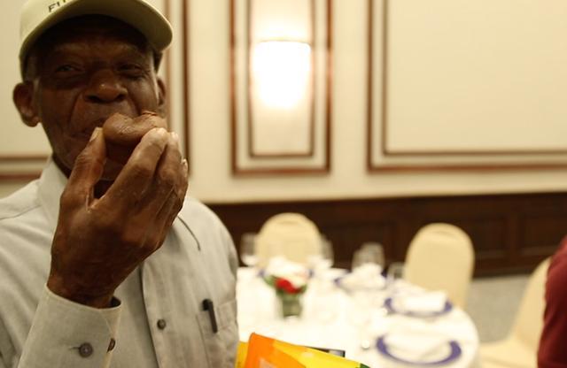 画像: 初めて味わう「モワルー・ショコラ」にほほ笑む生産者。ドミニカ共和国の首都サント・ドミンゴのホテルにて