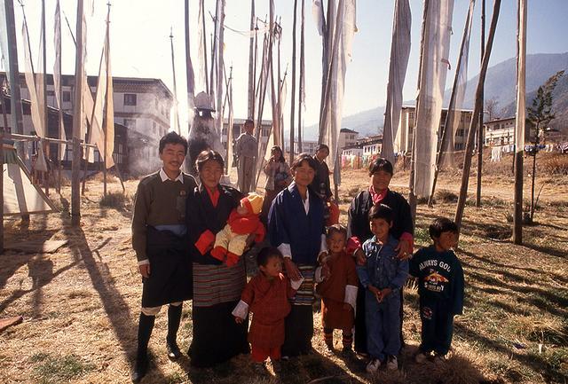 画像: 早春の正月を家族で楽しむ。経文の旗「タルチョー」が風になびく