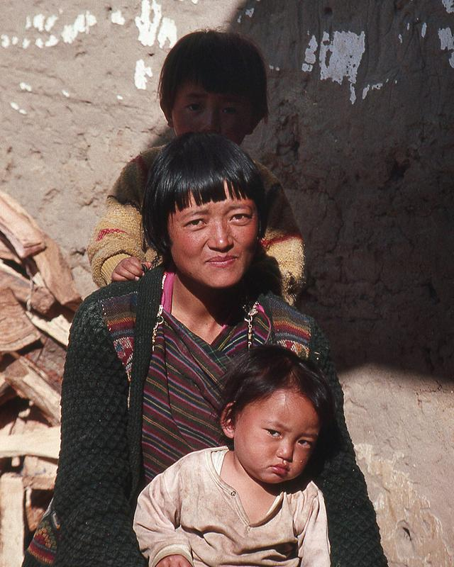 画像: 若い母親も多く見かけた。どこの国でも子どもは宝