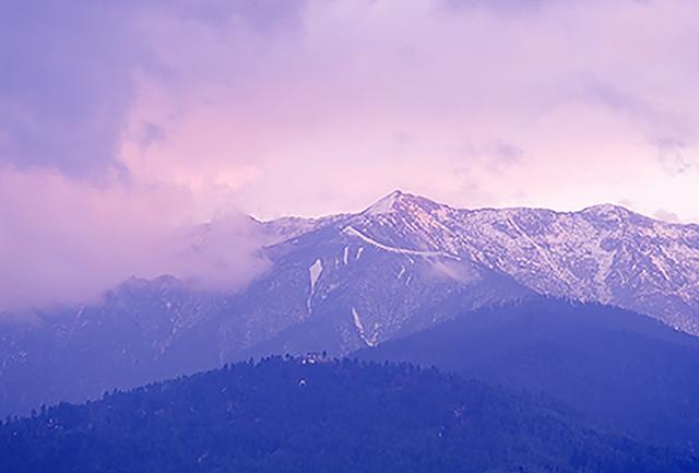 画像: ブータン王国の首都、ティンプーから遠くヒマラヤの山並みを望む