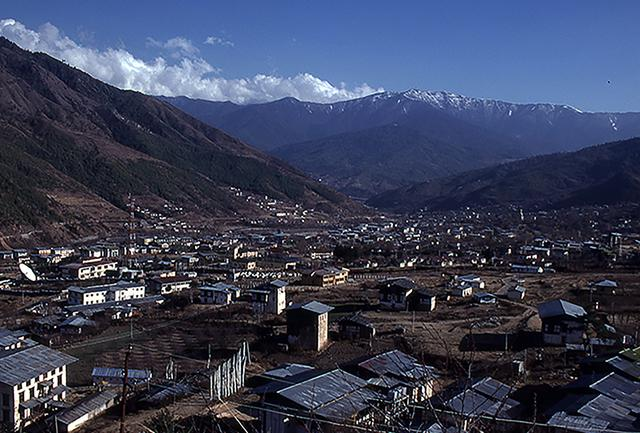 画像: 谷あいに広がる首都ティンプーの街並み。すべて木造の伝統建築だ