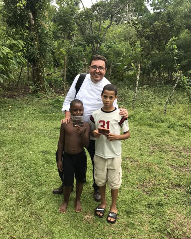 画像: カカオ農園で、カッセルと子どもたち。チョコレートメーカー「ヴァローナ社」が建てた小学校で学ぶ子どもたちは将来、カカオづくりの支え手にもなってくれるかもしれない PHOTOGRAPHS: COURTESY OF CACAO FOREST