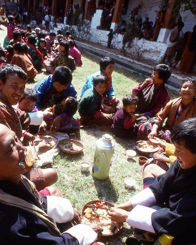 画像: 祭りが開催される寺院の周りでは、多くの家族がピクニックを楽しんでいた