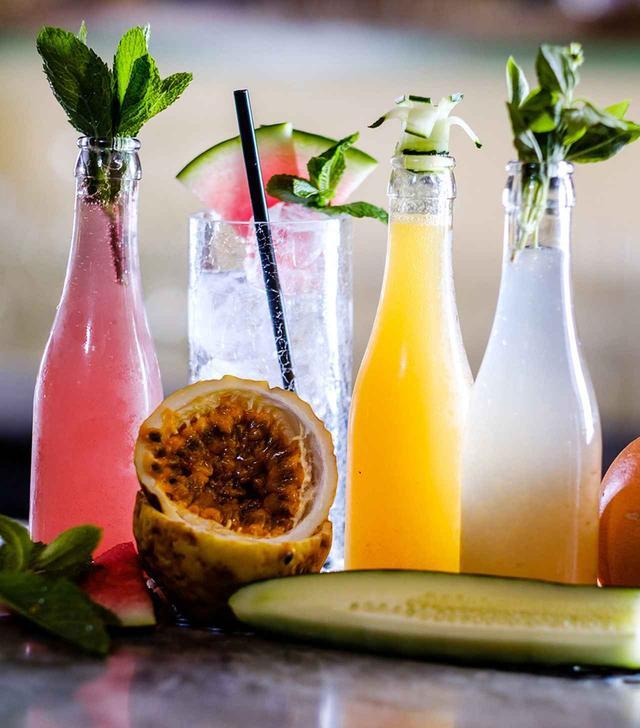 画像: 「カーニャ・バー&キッチン」の地元のフルーツや食材を使ったハウスメイドのソーダ COURTESY OF CAÑA BAR & KITCHEN