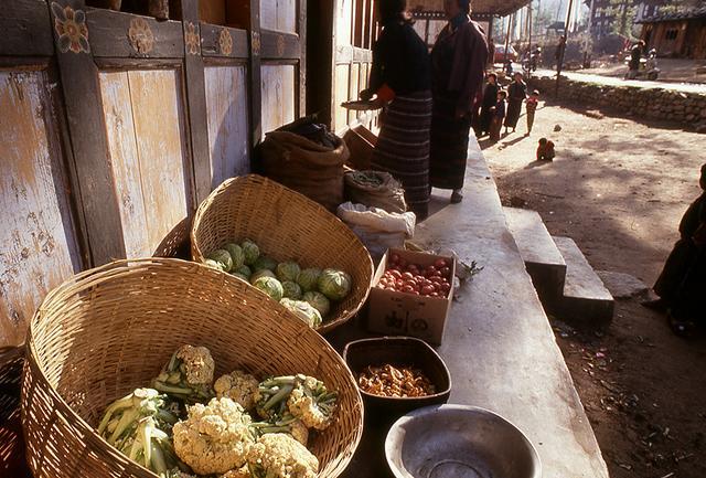 画像: 温暖な地区でつくられている野菜や果物が並ぶ露店のマーケット