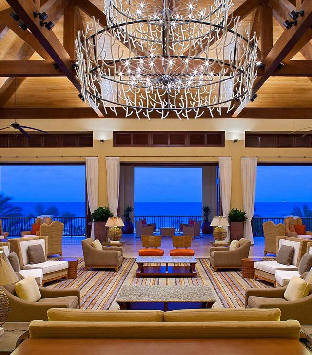 画像: 「サンタ・バーバラ・ビーチ&ゴルフ・リゾート」のロビー COURTESY OF THE SANTA BARBARA BEACH & GOLF RESORT