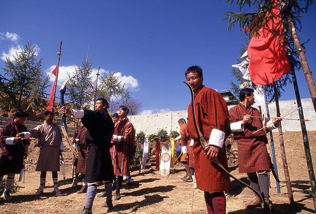 画像: ブータンの弓術ダツエ。歌や踊りを交え、ゆったりとしたペースで行われていた