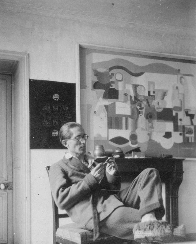 画像: パリ、ジャコブ通りの自宅におけるル・コルビュジエと、自身の作品《多数のオブジェのある静物》(部分)1923年 パリ、ル・コルビュジエ財団 © FLC/ADAGP, PARIS & JASPAR, TOKYO, 2018 B0365