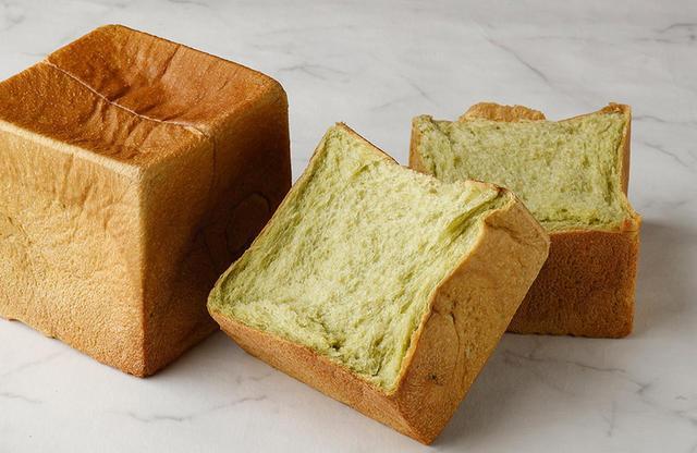 """画像: パン ド ミ プルミエ ~抹茶~ 1斤¥1,000<数量限定> 「パン ド ミ プルミエ」同様、「はるきらり」100%に静岡県産の厳選抹茶をブレンド。やわらかな甘さの中に抹茶の風味が生きている。繊細な苦みが""""大人っぽい味""""。バターとの相性も抜群! PHOTOGRAPHS: COURTESY OF PALACE HOTEL TOKYO"""
