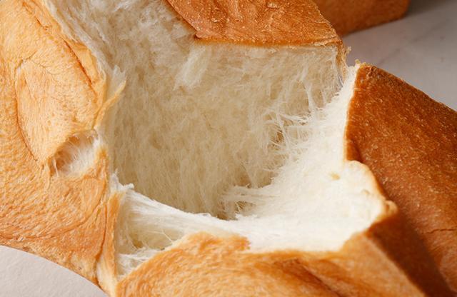 画像: パン ド ミ プルミエ 1斤¥1,000<数量限定> 北海道の希少な春まき小麦「はるきらり」を100%使用したプレミアム食パン。低温熟成にこだわり、もっちりとした食感。噛みしめるたびに口の中にうまみと甘みが広がる。ミルキーな余韻も魅力的
