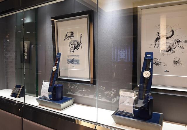 画像: 右から「GSセルフデーター」と「初代グランドセイコー」。またその奥には、創業者である服部金太郎のポートレイトも展示