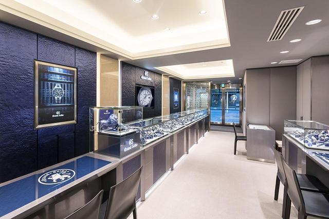 """画像: 通称 """"GSブルー""""を基調にした店内。商品のサイズ調整やリペアに対応するサービスカウンターが設置されているのも魅力だ"""