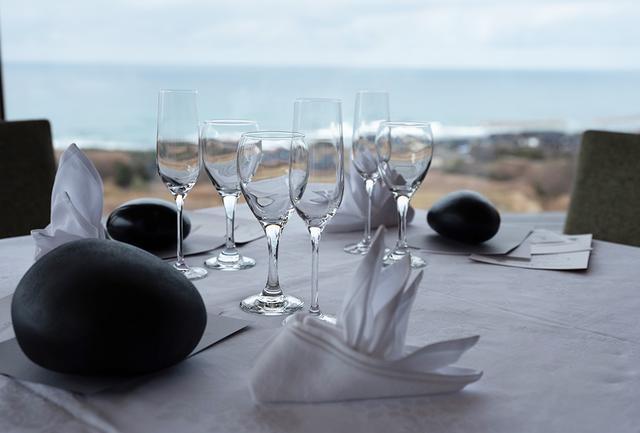 画像: ゲストの前にアンダープレート代わりに置かれていたのは、目の前の千代浜から拾った石で型を取った、漆の「空石(からいし)」
