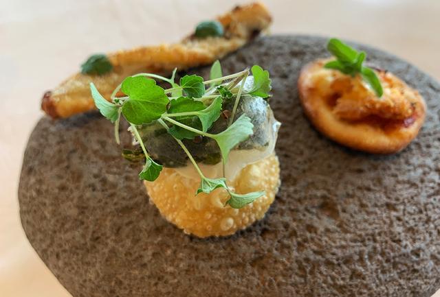 画像: アミューズは3人のシェフの共作「YUI 結」。能登特産の八ケ芋、ほろ苦さが特徴の能登野菜「中島菜」など、地元の特産品をふんだんに PHOTOGRAPH BY JUNKO ASAKA