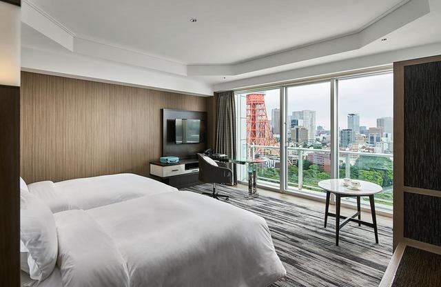画像: パノラミック ツインルーム<38㎡> 公園やタワーなど東京の景色を居ながらにして見られるよう、ベッドを窓に向けて配置している
