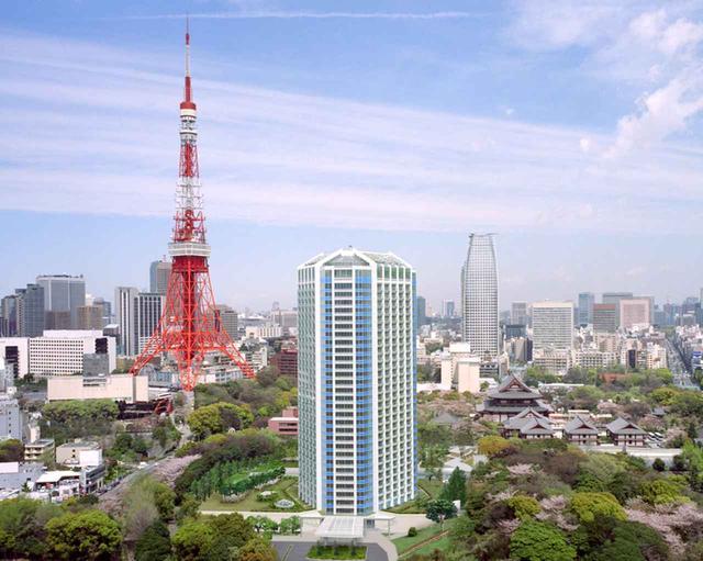 画像: 芝公園の中に、緑に包まれて建つホテル全景。増上寺も東京タワーも公園内に隣接