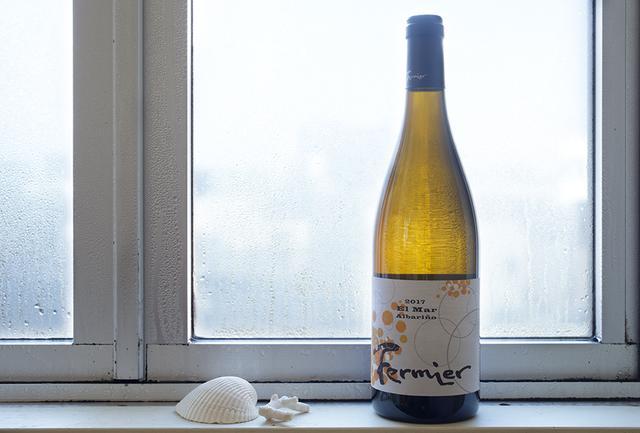 """画像: 日本海にほど近い、新潟市越前浜の海岸砂丘にある「フェルミエ」は、""""海と砂のテロワール""""を感じさせる新潟のワインを手がけるワイナリー。ワイン用ぶどうの栽培に適した砂質の土壌らしい、エレガントな香りと長い余韻、繊細な味わいが特徴。「アルバリーニョ エルマール」は、野生酵母でアルバリーニョ種のぶどうを果皮ごと発酵、オーク樽で熟成。果皮由来のアロマやタンニン、アルバリーニョならではの酸味や塩味を含んだ福雑な味わい フェルミエ アルバリーニョ エルマール マセラシオン 2017 <750ml>¥6,000 fermier.jp"""