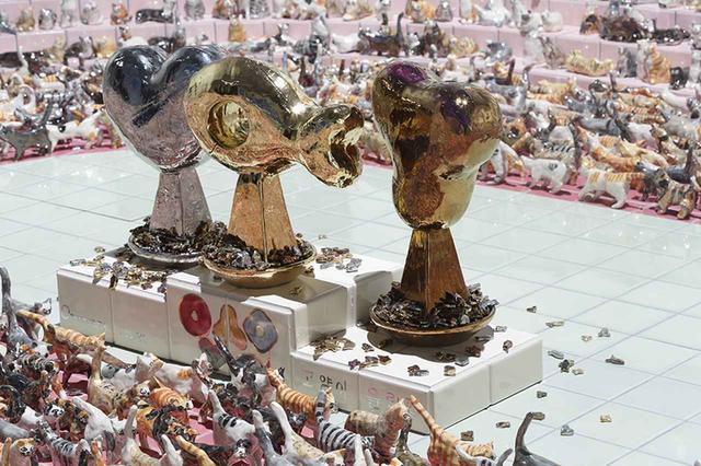 画像: 竹川宣彰《猫オリンピック:開会式》(部分)の展示風景  2019年 陶製人形、木、鉄、陶製タイル 95×421.3×302cm COURTESY:OTA FINE ARTS, TOKYO, PHOTOGRAPH BY KEIZO KIOKU, IMAGE COURTESY OF MORI ART MUSEUM