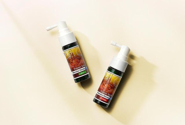 画像: 有機JAS認定の「マヌカハニー + アズレン スプレー」<各25ml> ¥1,400 副作用を気にせず、1本で予防も鎮静もOK。喉のイガイガや風邪の予感を感じたら気軽にシュッ。ミントとオレンジの2種フレーバーで展開