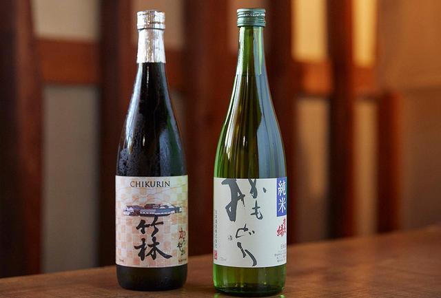 画像: (左)「竹林 純米大吟醸 かろやか」<750ml>¥1,600 香り華やか。甘美な岩清水を思わせる軽い味わいにして、ほのかな甘み (右)「かもみどり 純米」<750ml>¥1,060 酸と旨味のバランスが絶妙な芳醇な味わい。麹米に蔵人が栽培した山田錦を使用