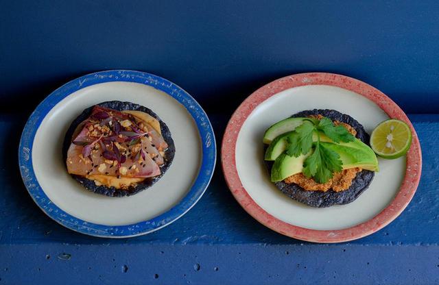 画像: (左)ブリと自家製チポトレマヨネーズのトスターダ。 (右)ボラの卵とトマト、燻製したハバネロ、ラードのサルサとアボカドのトスターダ。 器はすべて新潟の陶芸家・矢尾板克則さんにオーダーメイドした