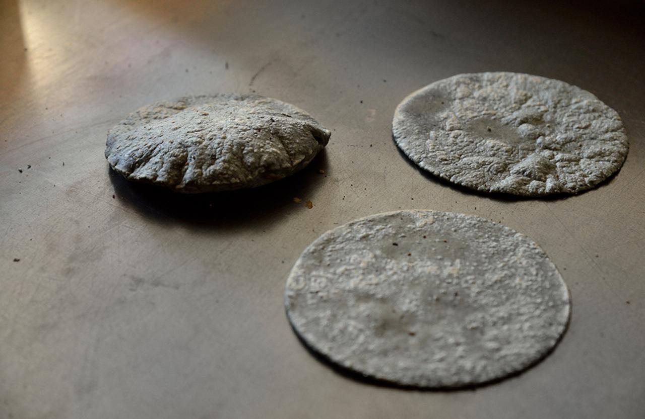 画像 : 鉄板で焼くブルーコーンのトルティーヤ
