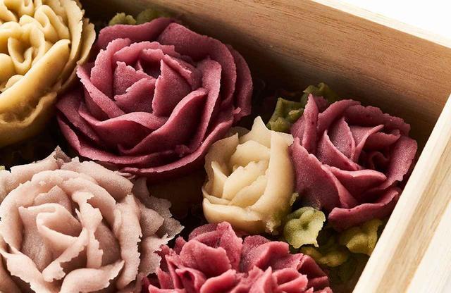 画像: 杉箱にみっちりと詰められた、薔薇をかたどったおはぎ。野菜や果物の自然な色あいをそのまま映した繊細な花びらは、食べてしまうのが惜しいほどの美しさ
