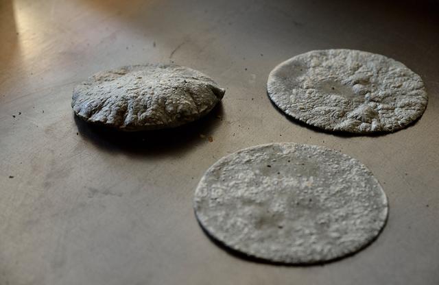 画像: 鉄板で焼くブルーコーンのトルティーヤ。メキシコには「トルティーヤを膨らませられたらお嫁にいける」ということわざがあるぐらい、プクッと膨らませるのにはコツがある