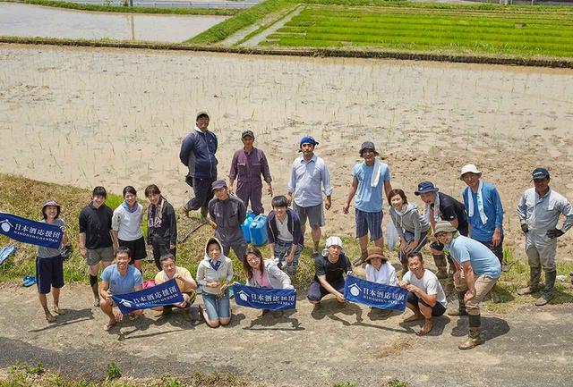画像: 本日の田植えチーム。一般参加者は、夫婦で、友達と、親子でとさまざまだが、全員もちろん日本酒好き!