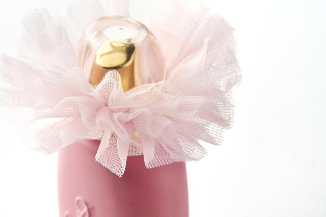 画像: 丸みを帯びたフェミニンなピンクのボトルに、ピンクのチュチュがなんとも可憐