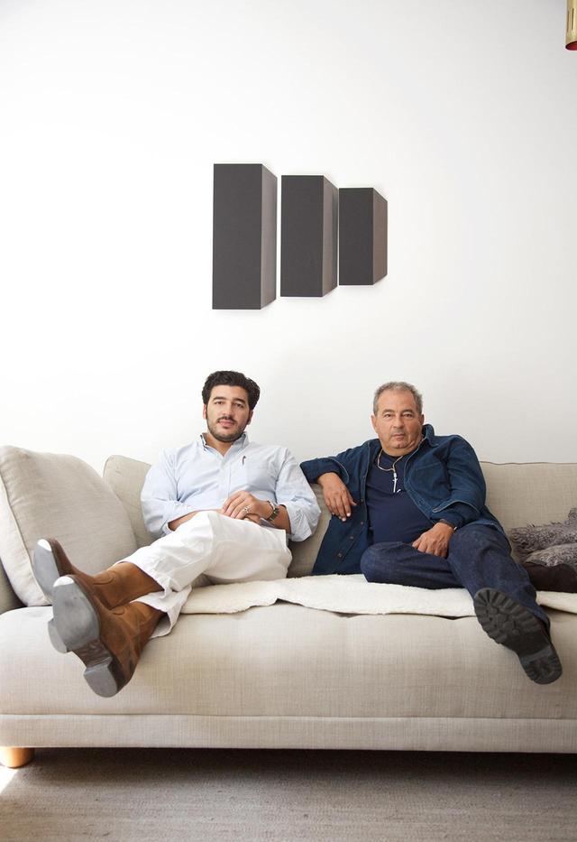 画像: ピエール(左)とジャン・トゥイトゥ(右) パリにあるジャンのアパートメントにて。彼らの後ろにあるのは、ドイツ人アーティストのヴォルフラム・ウルリッヒによる作品だ。ジャンは「高価なものを所有することに興味はないが、これらは僕に語りかけてくるんだ」と、自身のアートコレクションについて語る