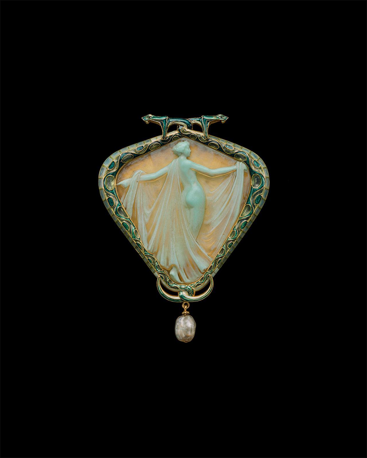 Images : 「サロメまたはサランボー、ヴェールをまとうニンフのペンダントブローチ」ルネ・ラリック<1903~05年>