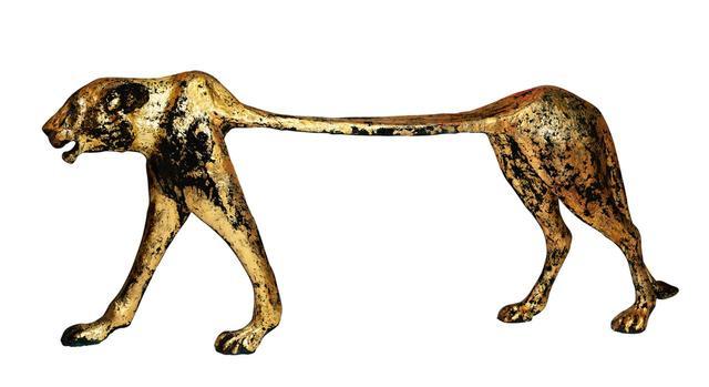 画像: 「BANQUETTE SEKHMET III」 雌ライオンのベンチ。タイトルのセクメトは、雌ライオンの頭に、人間の女性の体を有した女神のこと。ブロンズの彫像に24Kの金箔で装飾している