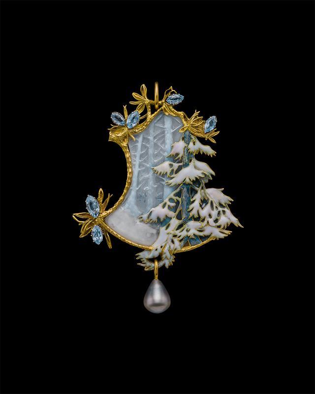 画像: 「冬の森林のペンダント」ルネ・ラリック<1898年頃> 左右非対称の形と遠近法を用いた構図、さらにガラスとエナメルの氷のような色彩が、冬の森の厳かな静けさを表現するペンダントは、ラリックの連作のひとつ。繊細なテクニックで自然のたたずまいを主役に据えた詩的な冬景色には、日本の自然観の影響が感じられる