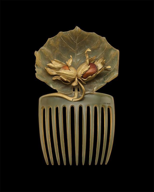 画像: 「ヘーゼルナッツのヘアコーム」ルネ・ラリック<1899~1900年頃> 自然のままの本物のヘーゼルナッツの実と、それを取り巻く繊細な金細工。日本髪に用いる笄に着想を得たものと思われる。ふたつの文化の融合をリアルに感じられる稀少な作品。やわらかな曲線を描く葉と櫛は、牛の角でできている
