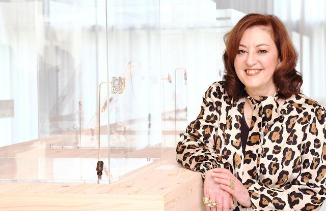 画像: Vivienne Becker(ヴィヴィアン・ベッカー) 宝飾史研究家、作家、ジャーナリスト。ロンドン在住。20冊以上の著作があり、『Art Nouveau Jewellery』 は宝飾関係者の教科書と称されている。「サザビー」誌のコラム執筆や、専門誌、雑誌への寄稿でも知られる。ルネ・ラリック展を始めとする数々の展覧会のキュレーションを担当。世界中で講演活動を行っている