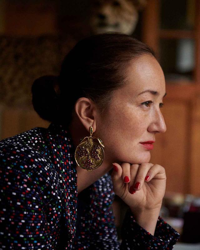 画像: Harumi Klossowska de Rola(ハルミ・クロソフスカ・ド・ローラ) ジュエリー・デザイナー。フランス人画家バルテュスと日本人アーティスト節子の間に生まれる。自身のコレクションを制作しながらも、2008年にはブシュロン150周年のジュエリーをデザイン。12年にはショパールからコラボレーションジュエリーを発表した。ヴァレンティノの2016年春夏オートクチュールのアクセサリーも担当。2017年にパリで開催されたレコール ジュエリーと宝飾芸術の学校でも『Retour d'expédition - 遠征からの帰還』展を開催している