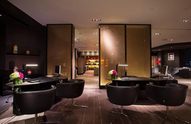 画像: 35階に位置する国内最大級の宿泊客専用ラウンジ「クラブインターコンチネンタルラウンジ」。2つのレセプションデスクで専任のスタッフが出迎える