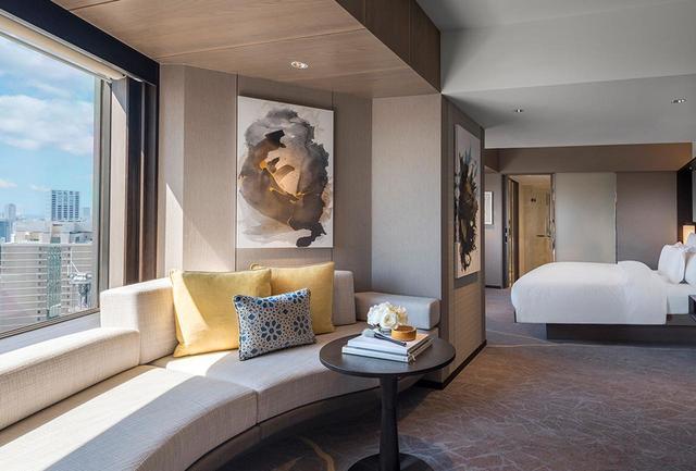 画像: キングサイズのベッドと広々としたリビングを備えた「クラブインターコンチネンタル ジュニアスイート 月」<52㎡>。クラブインターコンチネンタルルームは32階から35階に位置する