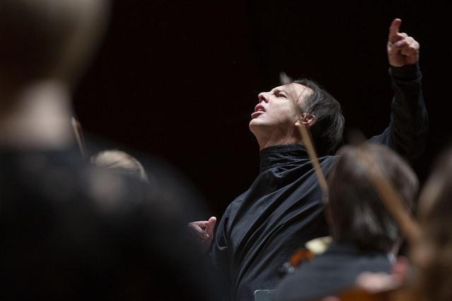 画像: 「作曲家の魂と波長を合わせる」クルレンツィスの指揮。テオドール・クルレンツィスはアテネ生まれ。ギリシャ国立音楽院で学び、1994年にロシアへ移住。リムスキー=コルサコフ記念サンクトペテルブルク国立音楽院で、イリヤ・ムーシンに師事。2004年から2010年まで、ノヴォシビルスク国立オペラ・バレエ劇場で首席指揮者を務め、2011年からはペルミ国立オペラ・バレエ劇場の芸術監督を務める © KOICHI MIURA